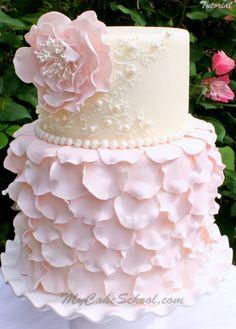 Elegante tarta nupcial decorada con pétalos de rosa ¿te gusta?                                                                                                                                                                                 Más | https://lomejordelaweb.es/