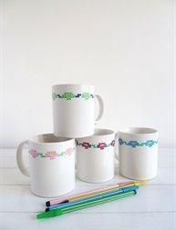 Tazas de cerámica blancas pintadas a mano.