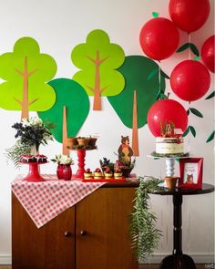 """It has a decorative style that is super trend and is gaining worldwide are the """"pocket party or pocket party,"""" which means """"pocket party"""". Simple Birthday Decorations, Apple Decorations, Valentines Day Decorations, Red Riding Hood Party, Snow White Birthday, Bear Party, Bear Birthday, Party In A Box, Gold Party"""