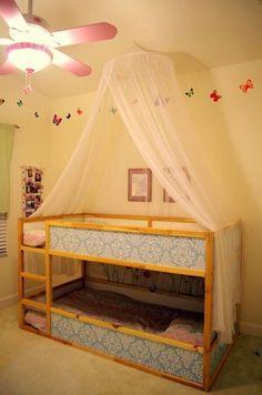 habitación infantil hackeando la cama Kura de ikea. Una habitación Montessori compartida.