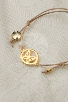 Μαρτυρικά βραχιολάκια για βάπτιση από δέρμα με χρυσαφί μεταλλικό διακοσμητικό πεταλούδα Boy Baptism, Girl Christening, Love Bracelets, Handmade Bracelets, Diy Jewelry, Handmade Jewelry, Jewerly, Earrings, Gold