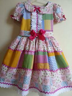 Vestido manufaturado em tricoline com detalhes em fitas e rendas.