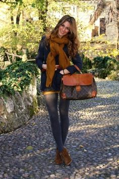 Fall fashion autumn outfit with skinny jeans, oversized purse & chunky scarf