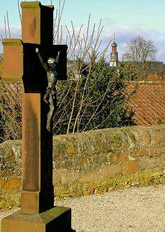 Kreuz auf altem Friedhof mit Blick auf die Klosterkirche Rockenberg