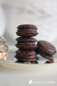 Schokoladen-Macarons mit Zartbitter-Ganache Macarons, Cookies, Desserts, Food, Diy, Chocolate Candies, Chocolate, Vegan Biscuits, Super Simple