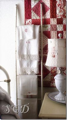 Love this linen display and the red and white quilt. Look at the buttons and fabric on the lampshade! White Cottage, Cozy Cottage, Cottage Style, Cottage Ideas, Linens And Lace, White Linens, Quilt Display, Red And White Quilts, Linen Bedroom