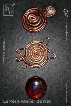 Jolie décoration de table, cette tortue délicate a pour tête une perle craquelée et un galet de verre en guise de dos. Celui-ci est maintenu par des spirales et de petits liens. Réalisation [ Fait-Main ] avec du fil d'aluminium(2/1,5), du fil métallique, une perle et un galet de verre.