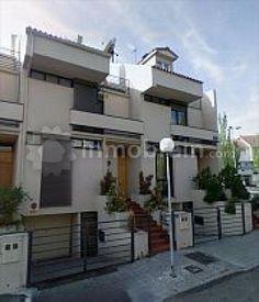 Casa adosada en la localidad de Villaviciosa de Odón con 250 m² repartidos en 4 plantas distribuidas en salón-comedor, cocina, 3 dormitorios, 3 baños, dos salas y dos terrazas. También dispone de garaje en la planta sótano.