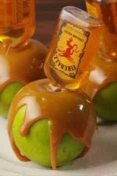Caramel Apples Infused With Fireball Whiskey Is Probably The Greatest Thing Ever… Mit Feuerball-Whisky angereicherte Karamelläpfel sind wahrscheinlich das Beste, was es je gab! Apple Recipes, Fall Recipes, Yummy Drinks, Yummy Food, Cooking Tips, Cooking Recipes, Mojito, Caramel Apples, Caramel Apple Shots