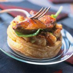 Tatins Pommes  Foie Gras   -    250 g  pâte feuilletée  6 escalopes de foie gras de canard prêtes à  cuire 6 pommes boskoop 50 g de beurre + 2 noix 2 c à  s sucre 6 feuilles d'épinard 1 c à  s farine sel poivre du moulin