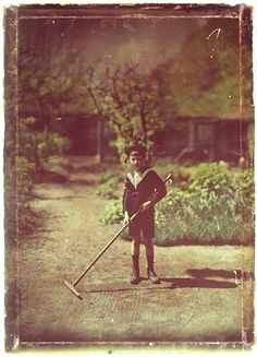 http://michel.bourles.perso.sfr.fr/autochromes/autochrome-1910-enfant-avec-un-rateau-boy-child-with-rake.jpg  Autochrome photo
