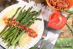 Spargel mit Tomaten-Minz Vinaigrette, grüner Spargel, Tomaten, Sommer, frisch, Rezept, Spargelzeit, Cookonuts Vinaigrette, Celery, Low Carb, Vegetables, Recipes, Food, Tomatoes, Mint, Fast Recipes
