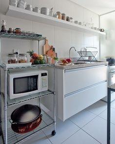 """1,232 curtidas, 14 comentários - Revista MinhaCasa (@revistaminhacasa) no Instagram: """"""""Na cozinha, não usamos armários: aproveitamos a bancada de granito branco itaúnas e só…"""""""