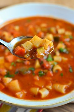 Slimming Eats Minestrone Soup - gluten free, dairy free, vegetarian, Slimming World and Weight Watchers friendly (Soup Recipes Minestrone) Cheap Clean Eating, Clean Eating Snacks, Healthy Eating, Vegetarian Recipes, Cooking Recipes, Healthy Recipes, Slimming World Soup Recipes, Slimming World Minestrone Soup, Speed Foods