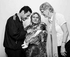 Mouhamad y Wissam Ahmed con su hija recién nacida, Julia, y Liz Stark, quien ayudó a Wissam durante su embarazo ©Damon Winter The NYT