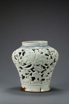 Vase avec motif de pivoine ajouré, Porcelaine à décor bleu et blanc, Dynastie…