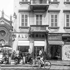 Che bella questa foto: sembra un mix tra ieri ed oggi #milanodavedere http://ift.tt/1I13bh2 foto di  : @a_signorina_in_milan Milano da Vedere