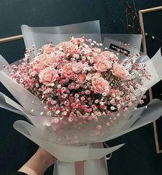 Envía flores a domicilio en CDMX este 14 de febrero Send flowers at home in CDMX: 5 options to get out of the traditional and show off. Boquette Flowers, Luxury Flowers, Planting Flowers, Beautiful Flowers, Spring Flowers, How To Wrap Flowers, Pink Rose Bouquet, Pink Roses, Pale Pink