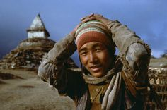 Nepal photograph by Steve McCurry Steve Mccurry, Robert Doisneau, We Are The World, People Of The World, Vivre A New York, World Press Photo, Picture Stand, Intimate Photos, Buddha Buddhism