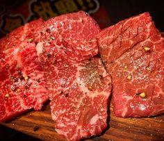 本日水曜日ですが、赤と霜祝前日のため営業致します‼️ 今日は多くの方がいつもご注文される、『赤霜盛り』が全て隠岐牛A4でオール赤身でご用意致しました‼️ 勿論お値段そのまま980‼️ 焼き過ぎ注意のお肉たちで御座います。  隠岐牛とは 島根県隠岐島島内にて、年間1200頭前後の牛が生まれます。その中で市場に出る牛は僅か1割と大変希少な牛です。 、 、 今回仕入れました隠岐牛は、とても旨味が強い赤身が特徴。通常霜降りになる部位も赤身が濃く表れています。 赤身好きな方に是非お勧めで御座います。  #三軒茶屋 #焼肉 #隠岐牛 #隠岐 #和牛 #赤と霜 #肉