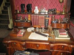 Victorian desk detail at Sherlock Holmes museum 221 baker street Victorian Rooms, Victorian Decor, Victorian Fashion, Sherlock Holmes, Jeremy Brett, Baker Street, My Room, Sherlock Decor, Elcin Sangu