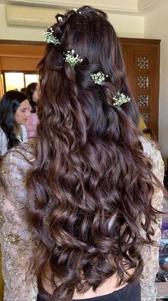 27 Effortlessly Stylish Half-tie Hairstyles We Spotted on Real brides This beautiful half-tie hairstyle amped up with a single diagonal braid and a cascade of curls has us head over heels. Engagement Hairstyles, Indian Bridal Hairstyles, Indian Wedding Hairstyles, Chic Hairstyles, Bridal Hair Buns, Bridal Hairdo, Medium Hair Styles, Long Hair Styles, Bridal Hair Inspiration