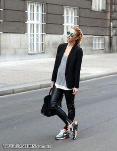 Кожаные легинсы + серая майка + черный удлиненный пиджак + спортивные кроссовки