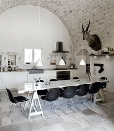 Hudge table in this dinning room