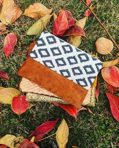 Pochette automne, moitié suédine marron et coton géométrique bleu et blanc, avec doublure coton coton, fermeture éclair. Longueur de 25cm, pour une hauteur de 20cm. Des couleurs parfaites pour cette saison, soirée, cadeau... N'hésitez pas à me contacter pour un emballage cadeau. Picnic Blanket, Outdoor Blanket, Pot Holders, Zipper Pulls, Wrapping, Handkerchief Dress, Colors, Fall, Hot Pads