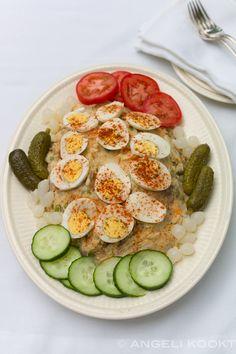 Huzarensalade met rundvlees, aardappelsalade, koude schotel, rundvleessalade. Allemaal verschillende namen voor aardappelsalade met rundvlees.