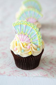 Show your mum that you're her biggest fan with these adorable cupcake toppers. #baking #cupcakes #diy