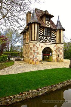The gatehouse of Château de Crèvecoeur - Normandie - France Beautiful Castles, Beautiful Buildings, Beautiful World, Beautiful Places, Normandie France, Provence France, Belle France, French Castles, Famous Castles
