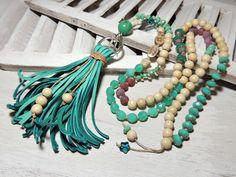 Lange, teilweise geknotete Kette mit böhmischen Glasperlen, Achat Perlen gefrostet, Metallperlen, Holzperlen und einer Samenperle.