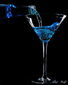 Place black paper over the center of the strobe to block most of the light. Black And Blue Background, Black And White Colour, Glass Photography, Still Life Photography, Night Aesthetic, Blue Aesthetic, Martinis, Cocktails, Color Splash