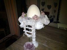 Je hebt nodig kandelaar bord ei, roosjes en deco mix van de action.en je hebt wat leuks op tafel met de pasen