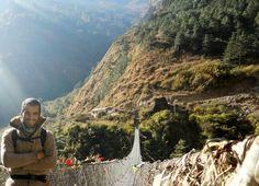 Puente colgante durante el trekking Annapurna, Nepal.
