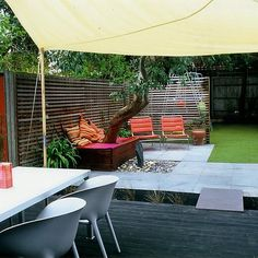 Awesome Creative Small Garden Design Ideas With Exterior Small Modern Minimalist Garden Design For Backyard With Green Grass And Romantic Chairs Feat Pink Color Creative Ideas 15 Best Contemporary Urban Garden Ddesign Ideas Para Decorar Jardines, Child Friendly Garden, Small Yard Design, Synthetic Lawn, Minimalist Garden, Modern Minimalist, Family Garden, Outdoor Living, Outdoor Decor