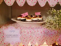 Mini cupcakes de chocolate y merengue con frutos rojos en Shine a light Table de Süss Pastelería