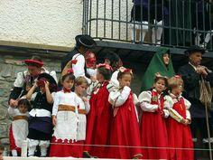 niños de ansó con el traje tradicional
