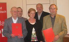 SPD Lindlar: Für 10 Jahre in der SPD wurde Karl- Egon Kremer (rechts) geehrt, Walter Wolf (links) ist schon 40 Jahre SPD- Mitglied. Die Bundestagskandidatin Engelmeier- Heite, Parteichef Mielke und der Fraktionsvorsitzende Freiberg gehörten zu den ersten Gratulanten