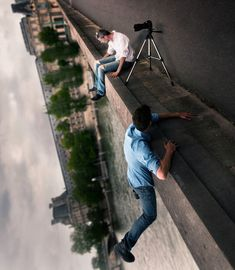 Forced perspective, perfectly timed photos taken at a creative-angle - 42 Forced Perspective Photography, Perspective Photos, Photography Lessons, Creative Photography, Photography Poses, Illusion Photos, Illusion Art, Creative Pictures, Cool Pictures