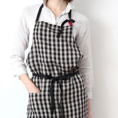Lino e Lina/Apron Laetitia full apron Meat Shop, Gardening Apron, Linen Apron, Uniform Design, Apron Designs, Japanese Fashion, Natural Linen, British Style, Dressmaking