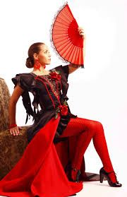MAJA. Moda española, adoptada por la alta sociedad del siglo XVIII, que consistió en una imitación de las prendas de las clases populares como un gesto de afirmación de la nacionalidad.