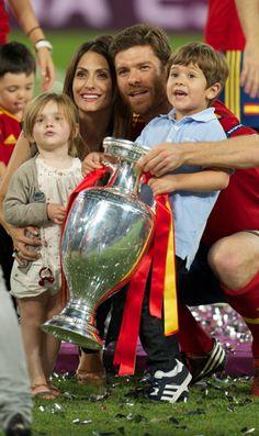 Spanien ist wieder Europameister, die Euro 2012 Geschichte, unsere Kolumne auch – und die deutsche Nationalmannschaft, die immer noch besser ist als ihr nun dahergeschriebener Ruf, kann nach dem Endspiel fast froh sein, schon im Halbfinale ausgeschieden zu sein. (Foto: Xabi Alonso und Familie)