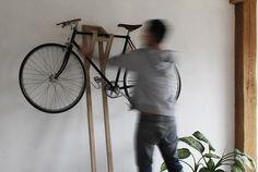 たった一本の木材でできた、おしゃれ、かつ便利なバイクハンガー「BH #01」。フランスのデザイナーThibaut Malet氏の作品です。 シンプルに作ろうとすればするほど難しくなる強度の問題。三角形に組むことでうまく力が分散されています。バイクが置かれる部分にはコルクがしかれていてフレームにもやさしく安定感もアップ。...