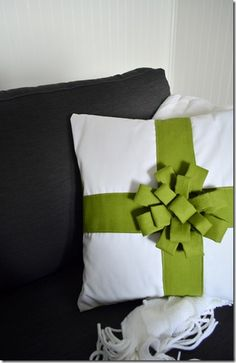 Tutorial: Christmas Gift Bow Pillow