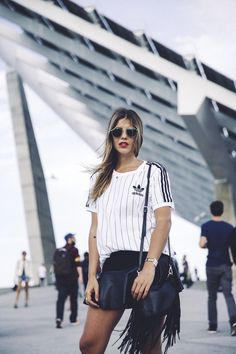 outfit look primavera spring street style trendy taste inspiration falda skirt cuero leather zara adidas originals t-shirt camiseta rayban red lips sneakers zapatillas bolso flecos fringes bag_4
