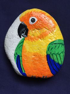 Parrot - painting the stones - - - Rock Painting Patterns, Rock Painting Ideas Easy, Rock Painting Designs, Paint Designs, Painted Rock Animals, Painted Rocks Craft, Hand Painted Rocks, Stone Art Painting, Pebble Painting