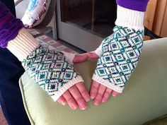 Kriskrafter: Fingerless Mitts on my Knitting Machine Kriskrafter: Fingerlose Handschuhe an meiner Strickmaschine Knitting Machine Patterns, Poncho Knitting Patterns, Lace Knitting, Knitting Looms, Knitting Ideas, Crochet Leg Warmers, Fingerless Mitts, Headband Pattern, Knitting Accessories
