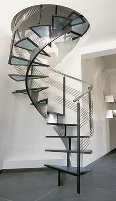 Scala a chiocciola interna, ferro battuto. #scalachiocciola #ferrobattuto #scalainterna #ringhiera #vetro #stair #spiralstaircases #interiordesign #railing #wroughtiron #glass